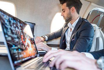 Flugzeug-Laptop-Fliegen