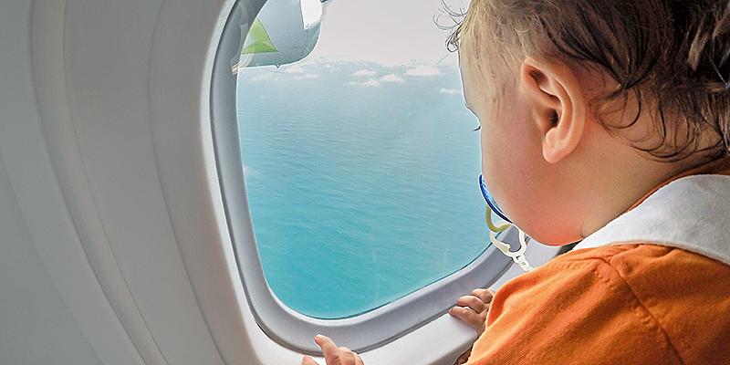 Kind-Fliegen-Flugzeugfenster