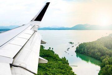 Blick aus dem Flugzeug über die Tragfläche