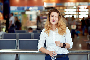 boulevard-hannover-airport-pflandflaschen-frau-flughafen